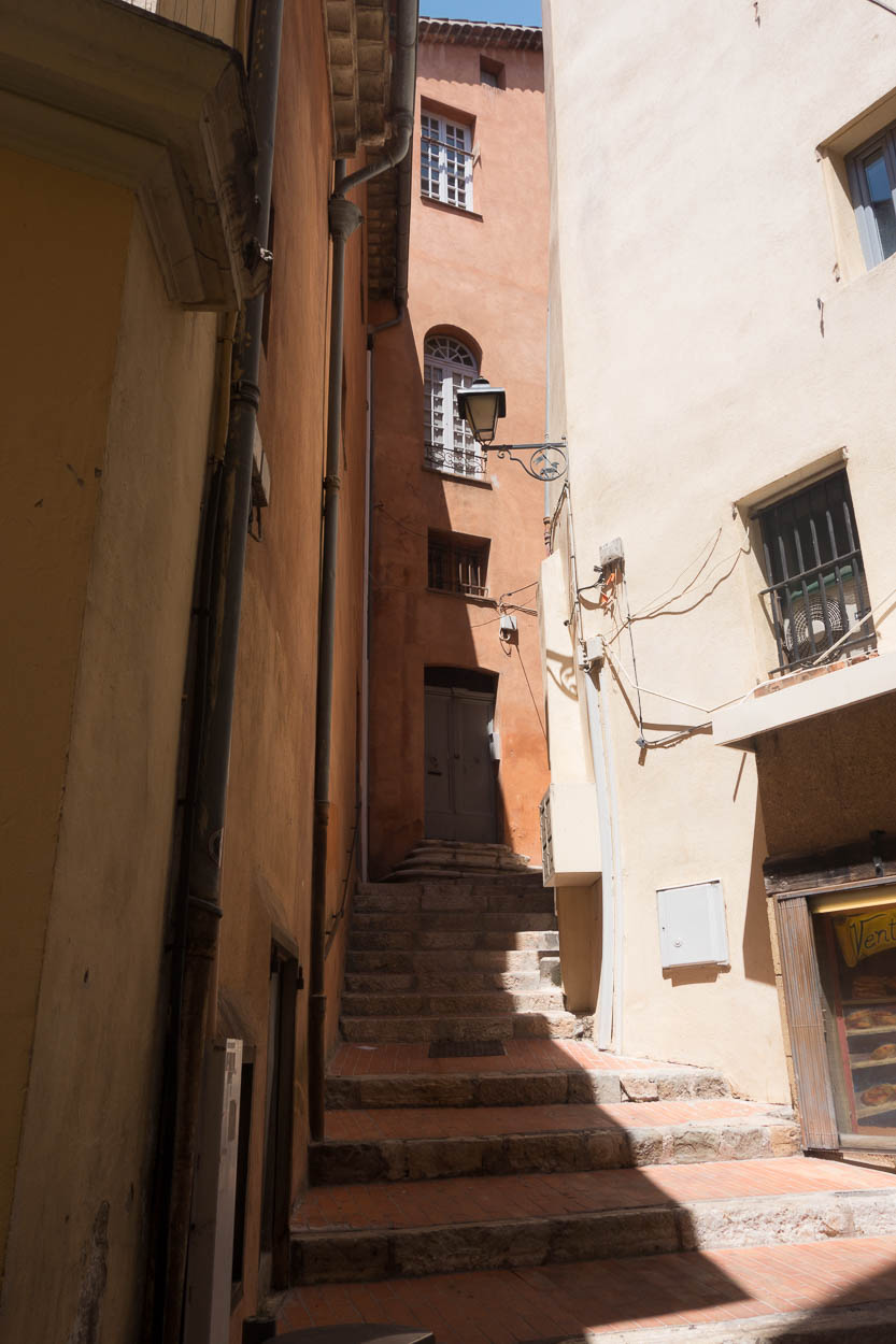 Steps between houses, Grasse