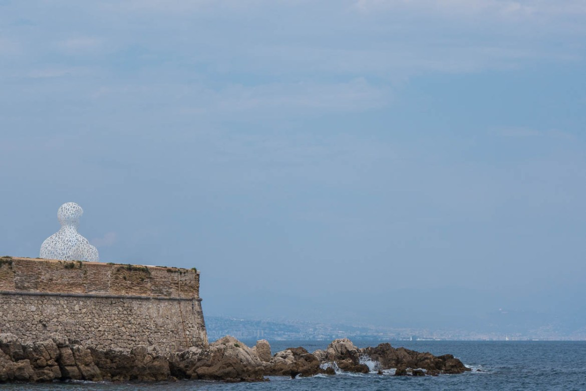 Le Nomade sculpture on the sea wall, Antibes