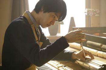 【日影】「羊與鋼的森林」預告劇照公開~ 山崎賢人化身調音師,眼神流露對工作的認真。