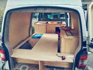VW Bus wird zum Camper umgebaut