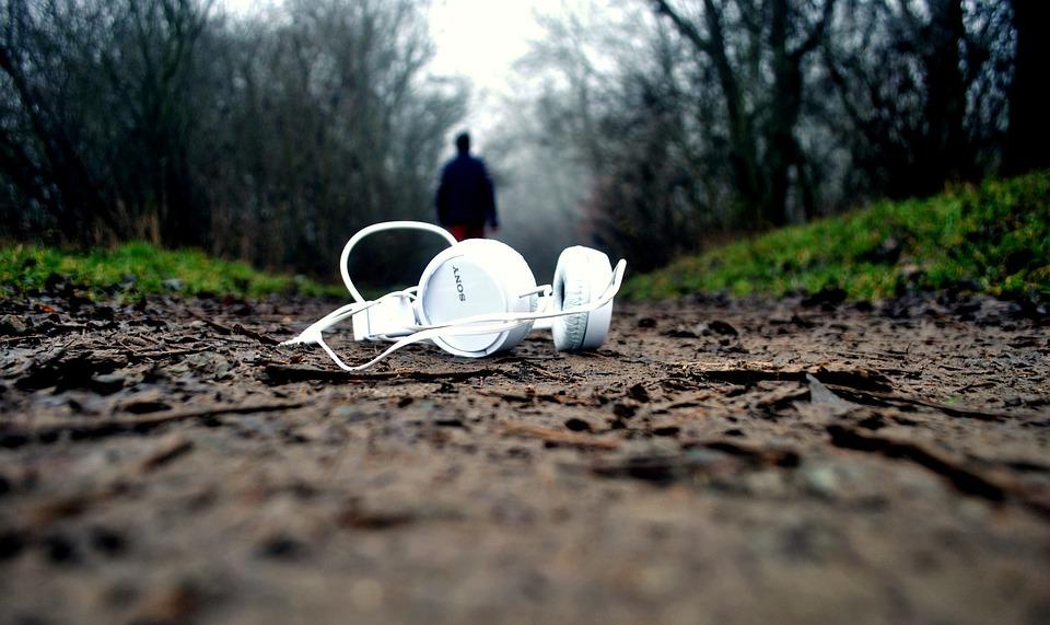 https://pixabay.com/en/headphones-mud-ground-pathway-drop-1149205/