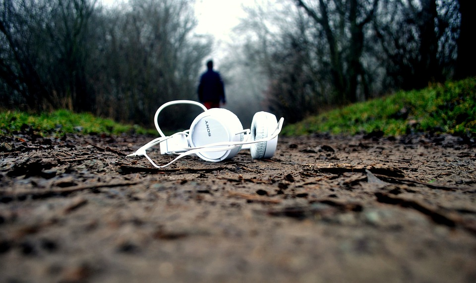 https://pixabay.com/en/headphones-mud-ground-pathway-drop-1149205/