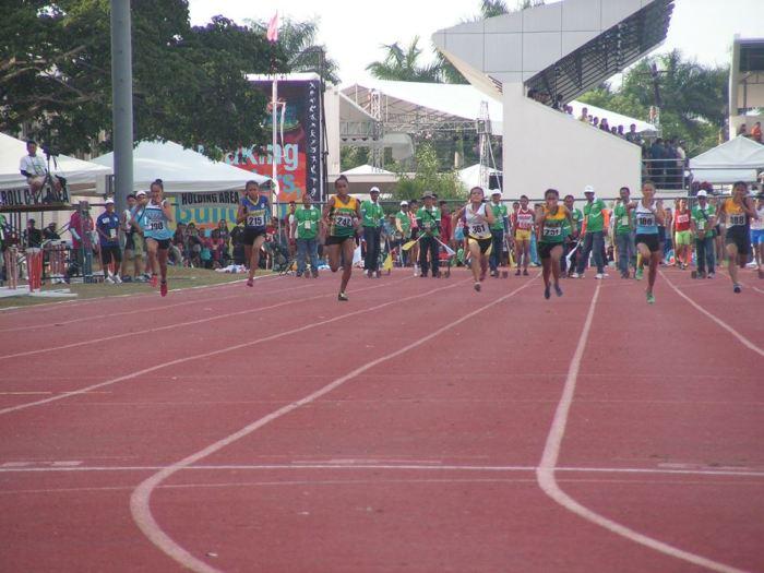 Karen Janario leads the Guro in the girls 100 Meter Dash Photo Credit: Airnel T. Abarra copyright 2015, pinoyathletics.info