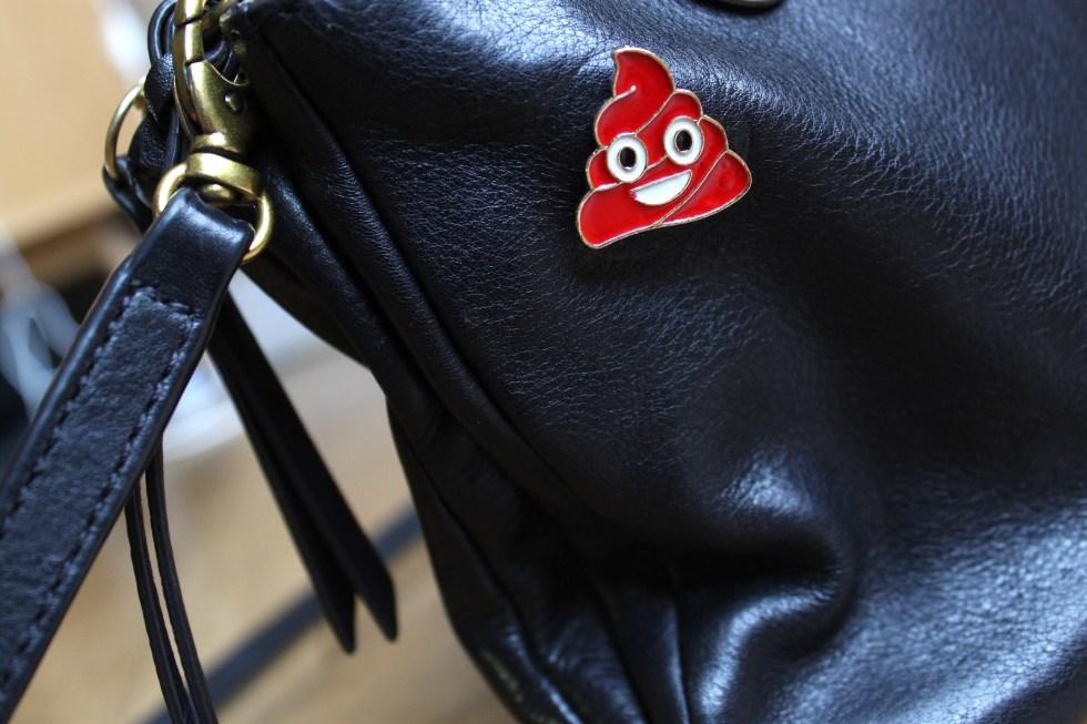 pin's emoji caca sac à main