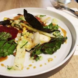 ASPERGES BLANCHES Radis, navets en pickles / jus de cochon / olives taggiache