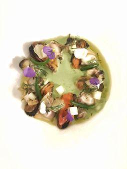 Coquillages et pain moelleux aux algues comme un Méli-Mélo, crème légèrede laitue aux herbes et Granny Smith