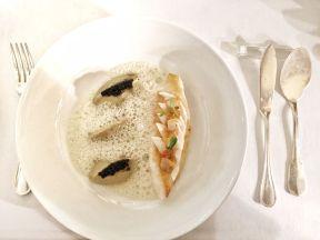 Filet de Saint-Pierre saisi sur sa peau, mousselinede fenouil sauvage et caviar fin iodé aux palourdes
