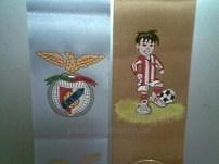 Fita com símbolo do SL Benfica e fita alusiva ao FC Barreirense
