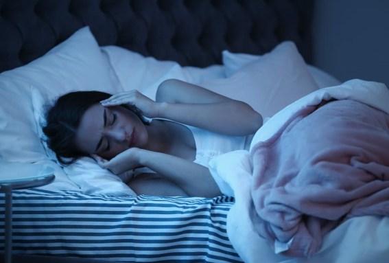 5 Kebiasaan Buruk Sebelum Tidur yang Wajib Dihindari