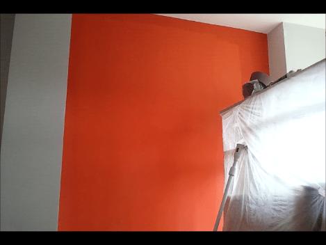 SALON PINTADO EN PINTURA PLASTICA COLOR GRIS CLARO Y UN PAÑO EN PLASTICO NARANJA