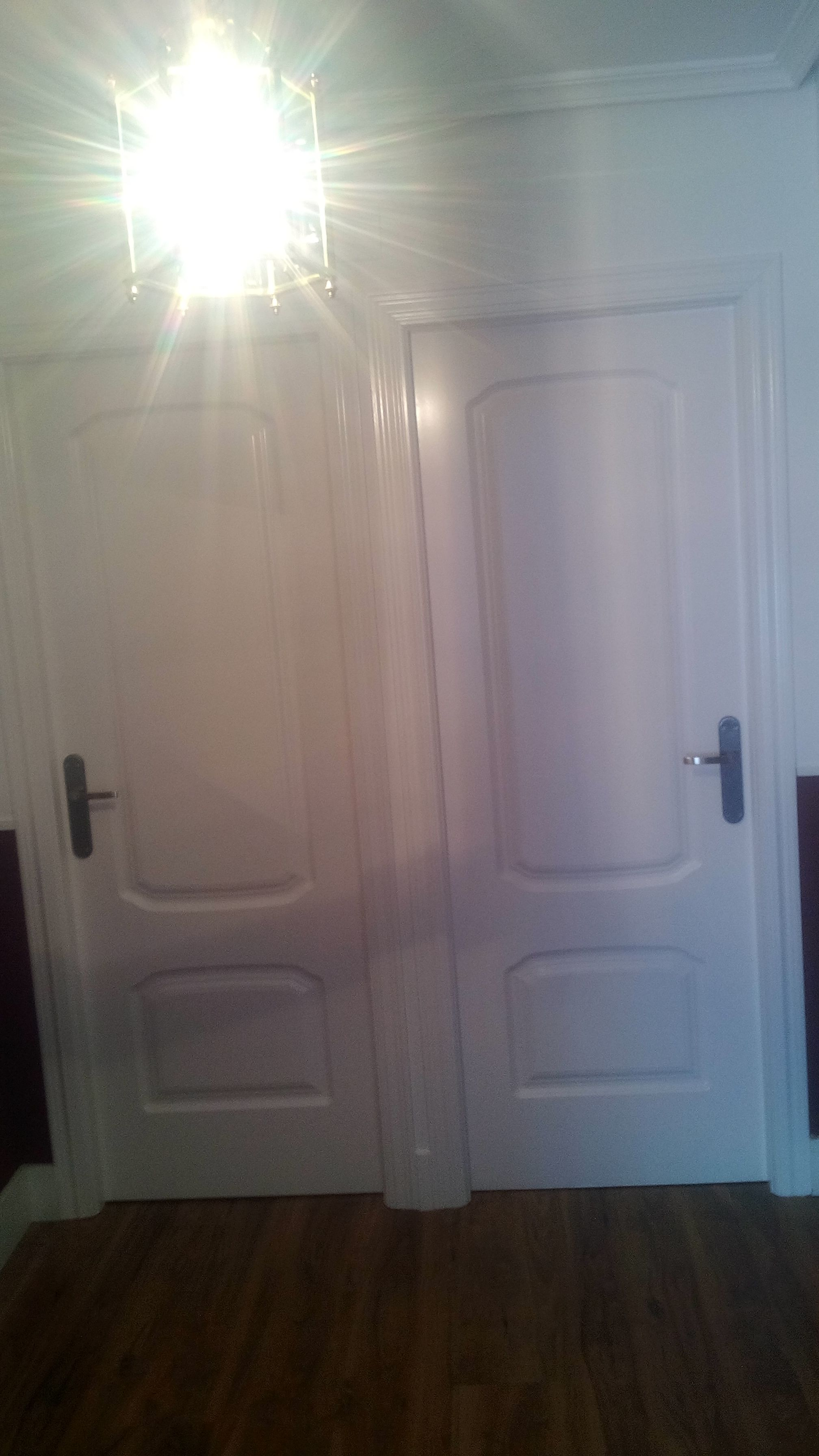 Lacar puerta en blanco finest lacado de puerta de entrada - Pintura satinada blanca ...