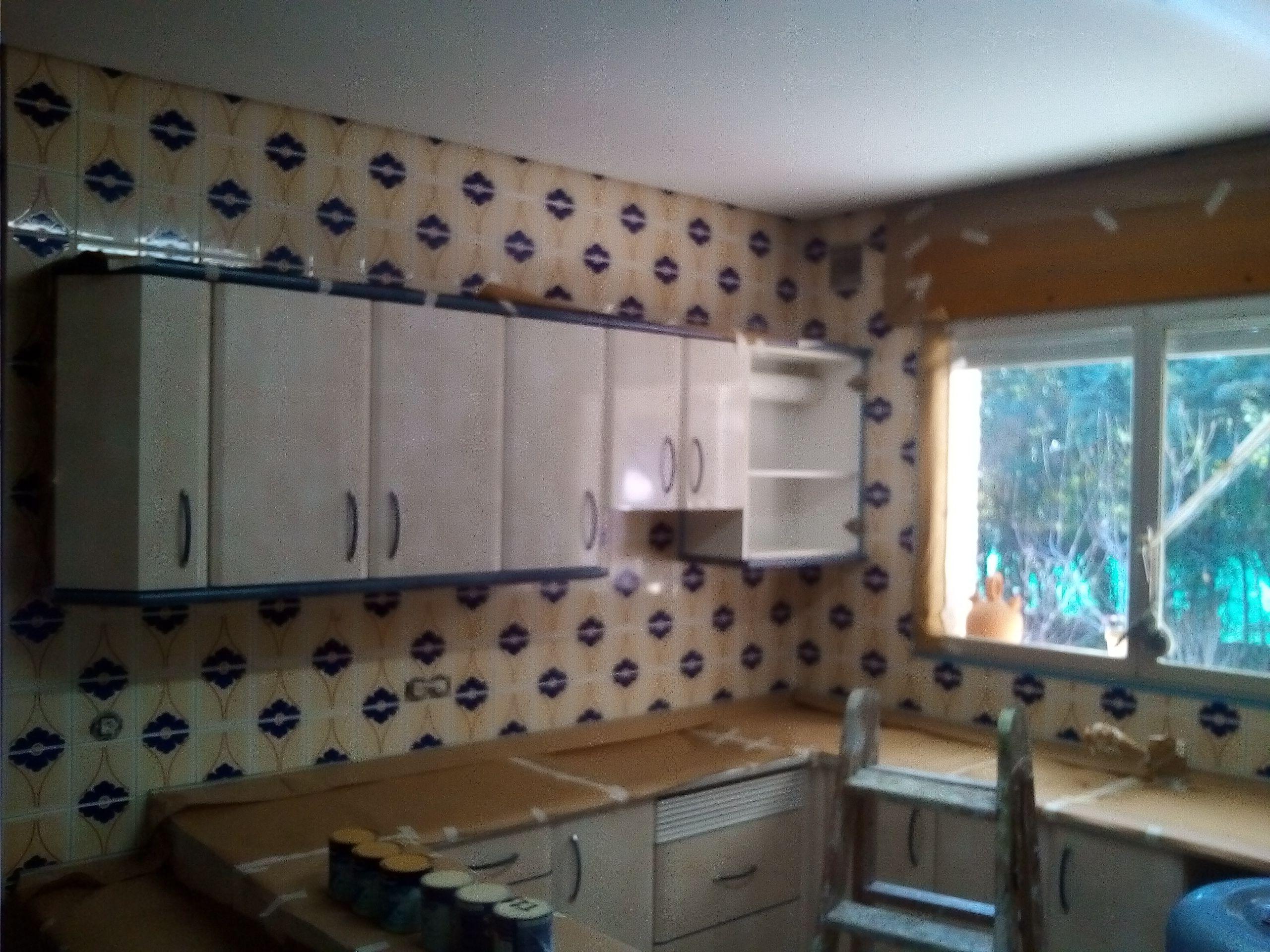 Pintado de azulejos de cocinas y ba os pintores en madrid pintor en madrid urbano - Cocinas con azulejos pintados ...