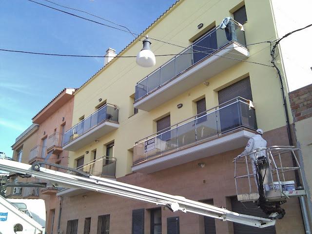 pintado de fachada con grua