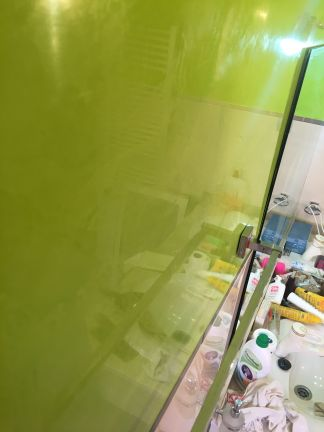 Reflejos sobre estuco veneciano verde paredes wc (15)