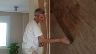 Aplicando cera sobre estuco marmoleado a 2 colores marrones (1)