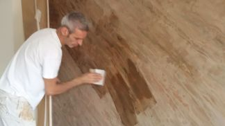 Aplicando cera sobre estuco marmoleado a 2 colores marrones (3)