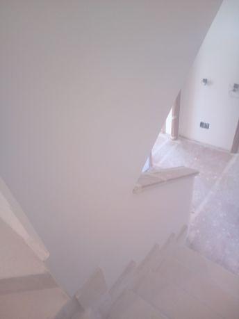 Aplicado 3 manos de Aguaplast en techo y paredes tiro de escalera a buhardilla (10)