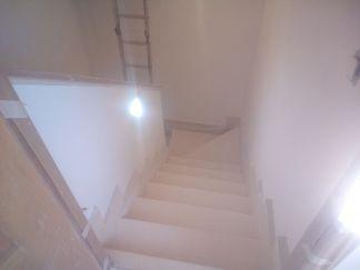 Aplicado 3 manos de Aguaplast en techo y paredes tiro de escalera a buhardilla (14)