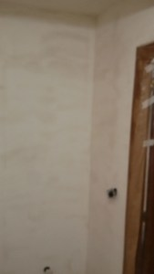 Aplicado 3ª mano de aguaplast fino en paredes entrada (2)