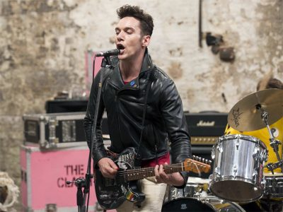 London Town: Jonathan Rhys Meyer é Joe Strummer em fotos e trailer de filme sobre The Clash