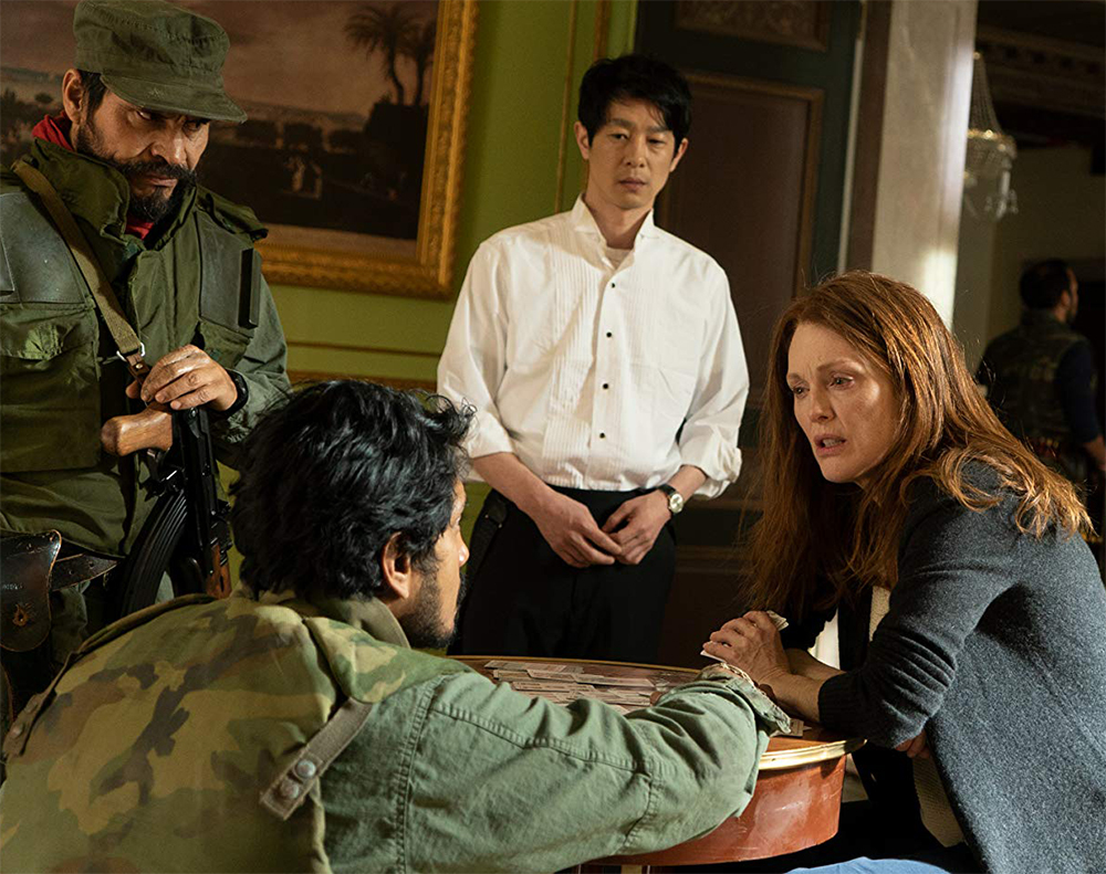 Julianne Moore vira refém de guerrilheiros latinos no trailer do suspense Bel Canto