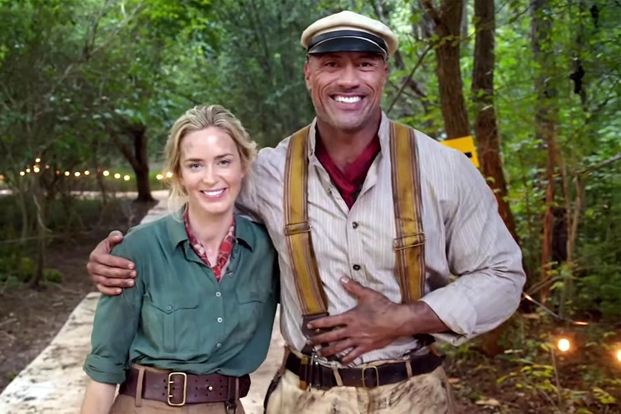 Emily Blunt e Dwayne Johnson comemoram final das filmagens de Jungle Cruise