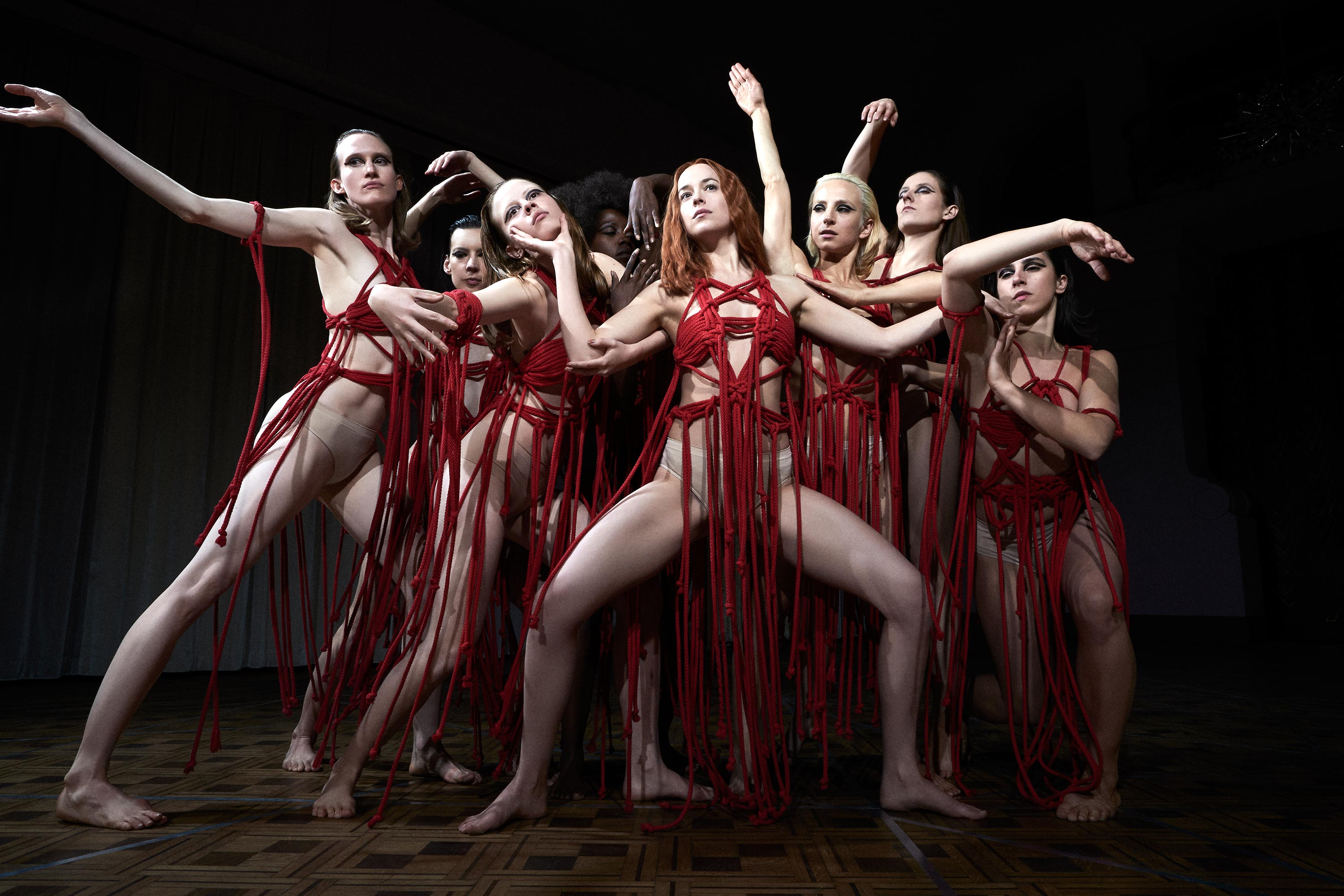 Novo trailer do terror Suspiria destaca a dança macabra de Dakota Johnson