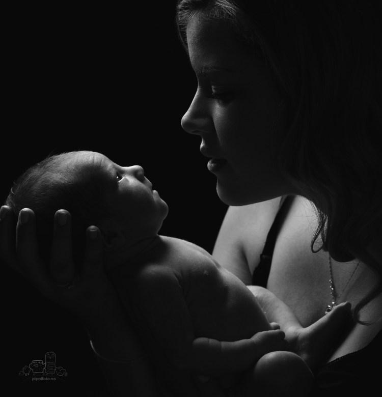 sort-hvitt-bilder-familiefoto-nyfoedtfoto-babyfotografering-nyfødt-baby