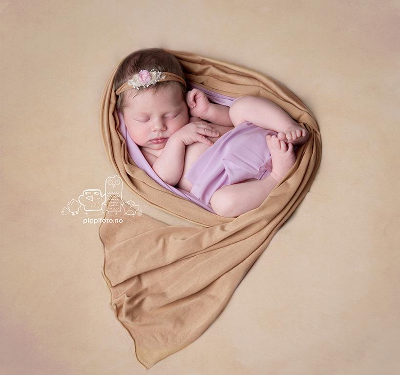 babyfoto-nyfodtfotografering-oslo-nyfadtfotograf-oppegard-familiefotografering-nyfodt-jenta-amming