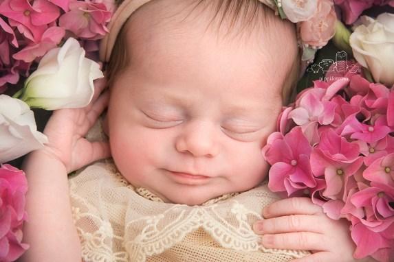 friske-blomster-babyfotografering-nyfødtfotografering-fotograf-oppegård-fotografering-av-nyfødt-baby