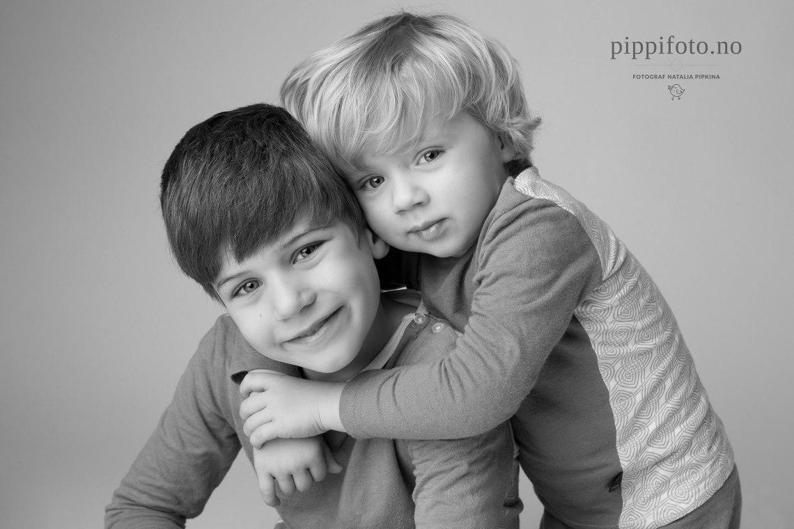 sort-hvitt-portrett-barnefotografering-barnefotograf-søskenbilder