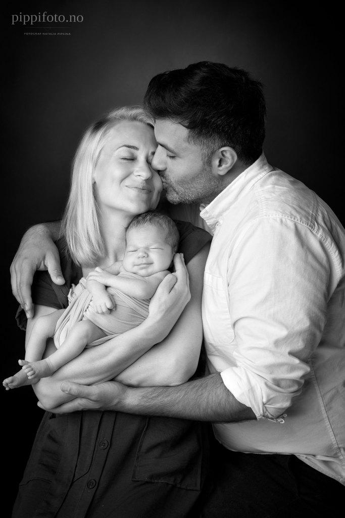 svart-hvitt-familiebilder-nyfødtfotografering-Oslo
