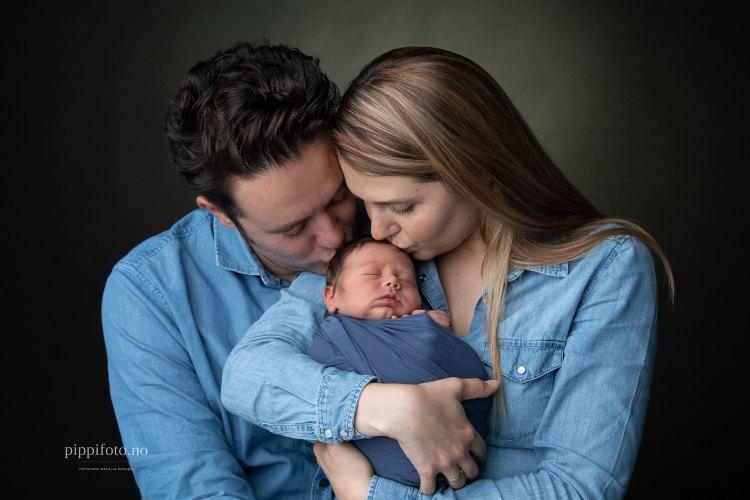 nybakte foreldre med nyfødt baby