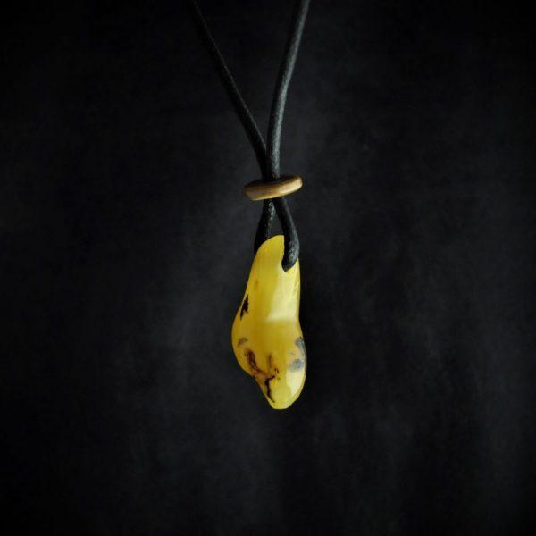 Vénus en ambre de la Baltique et perle en ivoire de mammouth, inspirée des vénus préhistoriques magdaléniennes