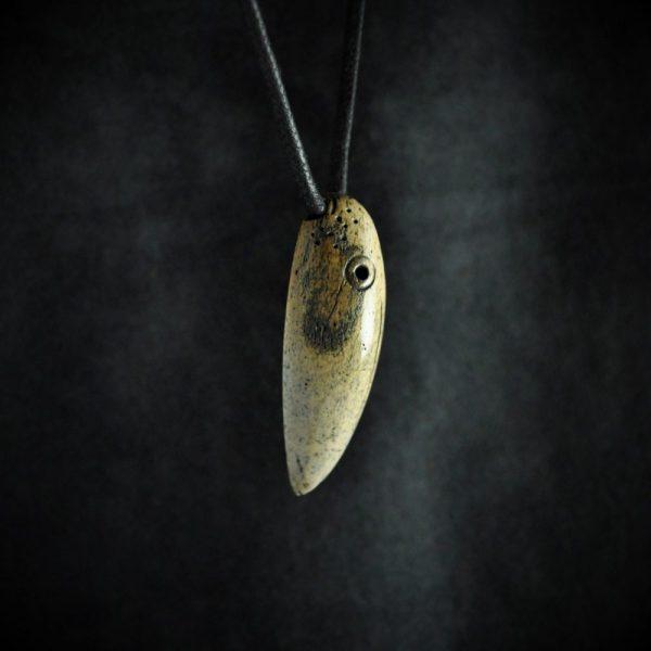 Cap d'oiseau en os de morse fossile d'Alaska