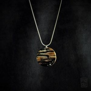 bijou collier en ivoire de mammouth naturellement coloré