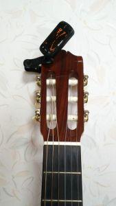 クリップ式チューナーをギターに着けた図