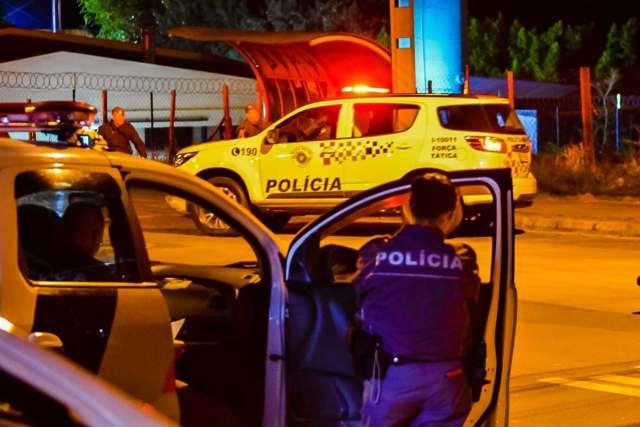 Uma foto que mostra a cena do crime, na Avenida Brasília, em Piracicaba