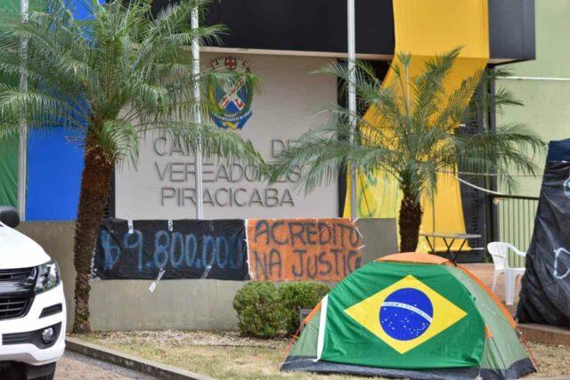 Ex-funcionários da Via Ágil protestam em frente à Câmara de Vereadores de Piracicaba