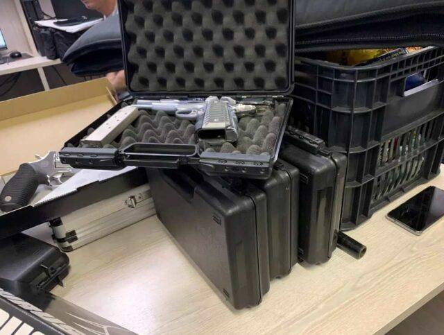 Uma foto do arsenal (31 armas) apreendido no porta-malas do carro