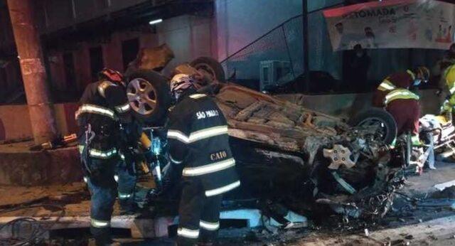 Uma foto do carro capotado em acidente que matou quatro jovens