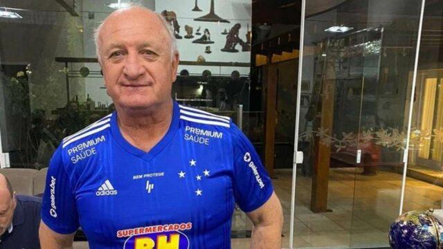 uma foto do técnico felipão com a camisa do cruzeiro