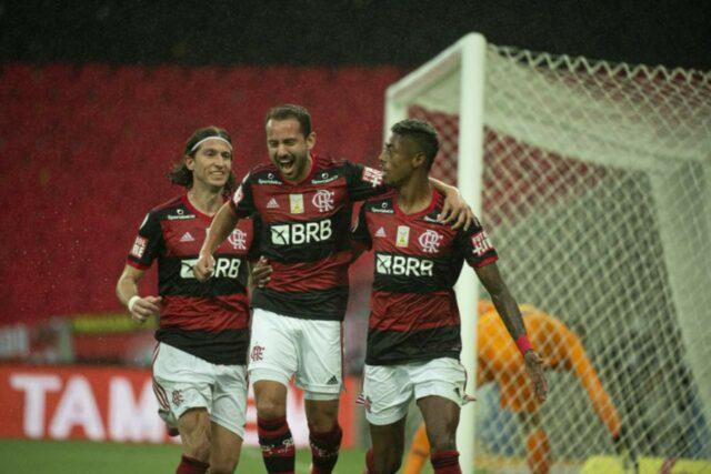 uma foto dos jogadores do Flamengo filipe luis, everton ribeiro e bruno henrique comemorando