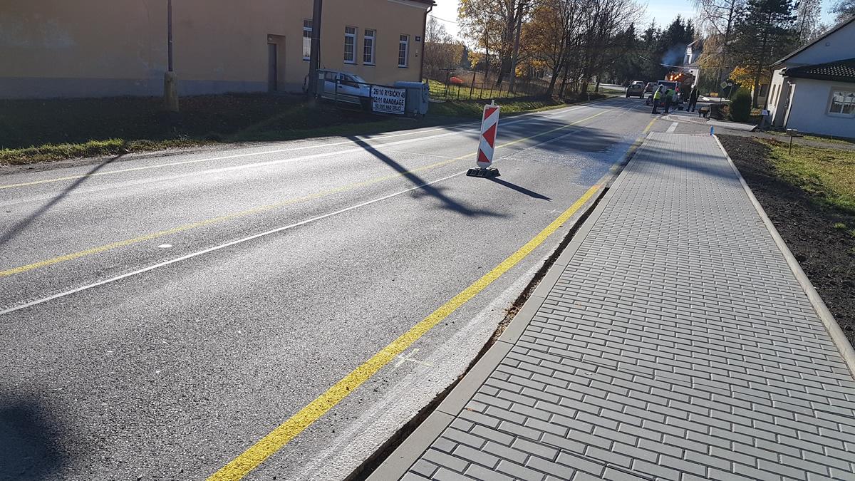 Závady a bezpečnost na stavbě chodníku v Lačnově