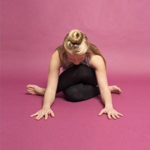 """Yin jooga on inimesele, kellel on koguaeg kiire, inimesele, kelle meel töötab täiskiirusel ja inimesele, kes soovib olla paindlikum (igas mõttes).   Yin jooga erineb, oma yang-stiilis ametivendadest, pikkade passiivsete venituste ja üliaeglase tempoga. Iga venitus (ehk joogapoos või asana) liigub sügavale, süvalihastesse välja. Yin jooga tunnis hoitakse iga venitust 3-5 minutit, mis on piisavalt pikk aeg, et lihas """"annaks alla"""" ja toimuks täielik lõdvestumine."""