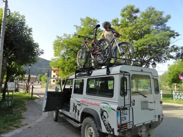 Land Rover del servicio Senderos Collarada, con las bicis arriba