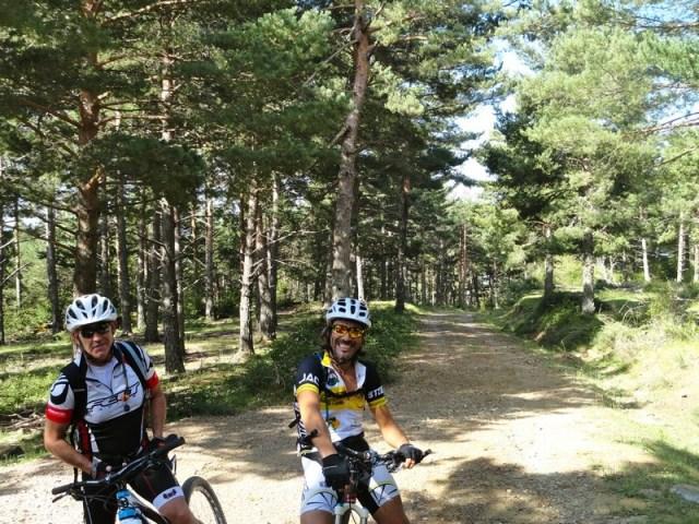 Brasi y Cristobal subiendo hacia la punta de la Selva de Villanúa