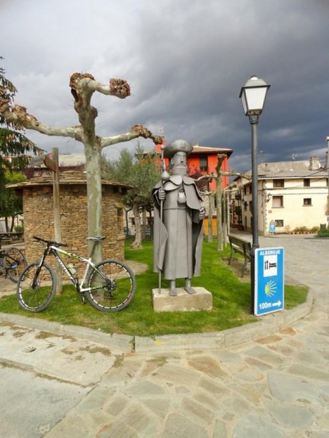 Imagen del Peregrino a Santiago, junto a la fuente