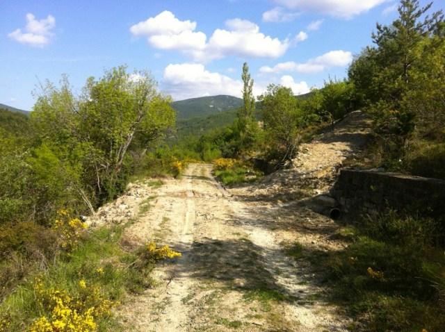 El camino enlaza con la pista de abajo. Mucha tierra y alguna rodada