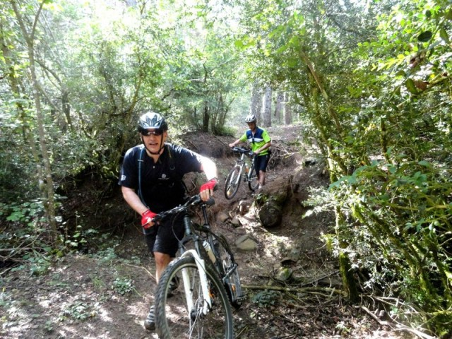 Pachi y Juan, arrastrando la bici en el paso técnico de la variante